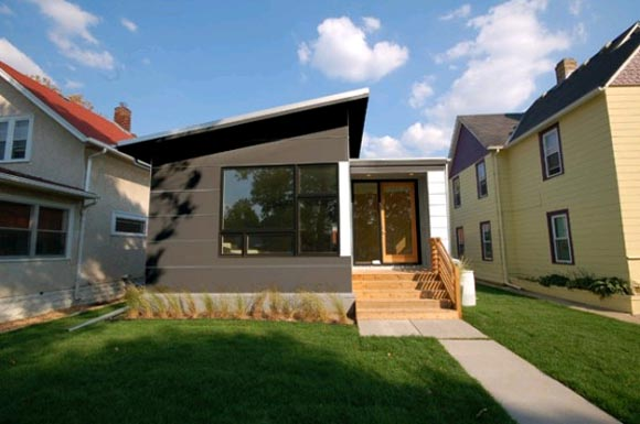 Garden view of Modern House with Green Technologies by HIVE Modular Modern House with Green Technologies by HIVE Modular