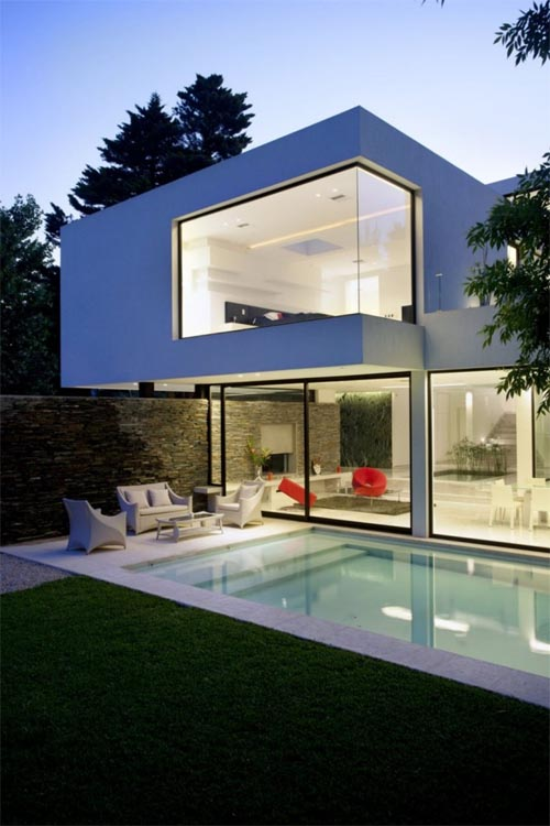 Carrara house in argentina modern white house with for Modern house designs with indoor pool